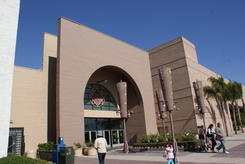 los_cerritos_center1.JPG